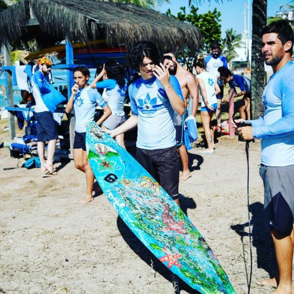 Turma reunida para mais uma aula de Surf