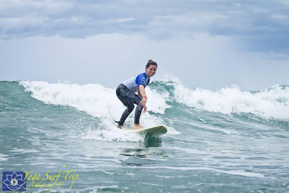 Aluna pegando onda